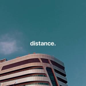 """La photo d'un batiment avec le mot """"distance""""."""